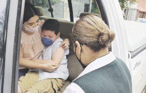 Aplican vacunas sin bajar del auto