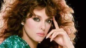 """Lucía Méndez cachetea a """"Rey Grupero"""" por robarle un beso VIDEO"""