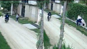 VIRAL: Menor trata de huir de ladrones en moto; la alcanzan y tiran