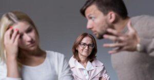 Hombre se divorcia de su esposa y se casa con su suegra