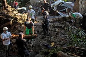 TRAGEDIA: Deslave entierra 60 casas y mata a seis personas en El Salvador