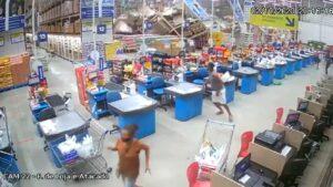 IMPRESIONANTE: Anaqueles aplastan a clientes en supermercado (+VIDEO)