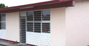 Muere ladrón al atorarse en la ventana de una primaria en Chihuahua