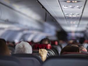 Mujer furiosa tose a pasajeros mientras es sacada de un avión (+VIDEO)