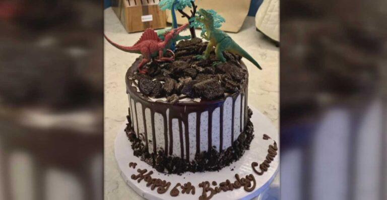 mujer pago pasteles cumpleaños