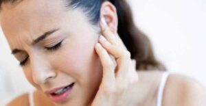 Mujer pierde la audición de un oído tras infección leve de covid-19