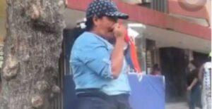 Mujer se limpia la nariz con los tapabocas que vende VIDEO