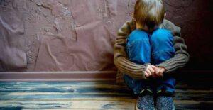 Niño es abandonado de madrugada por su padre y su madrastra