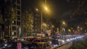 CAOS: Provocan 700 Km de tráfico en intento por salir de París (VIDEO)