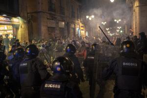Restricciones por Covid desata violentas protestas en Barcelona (VIDEO)