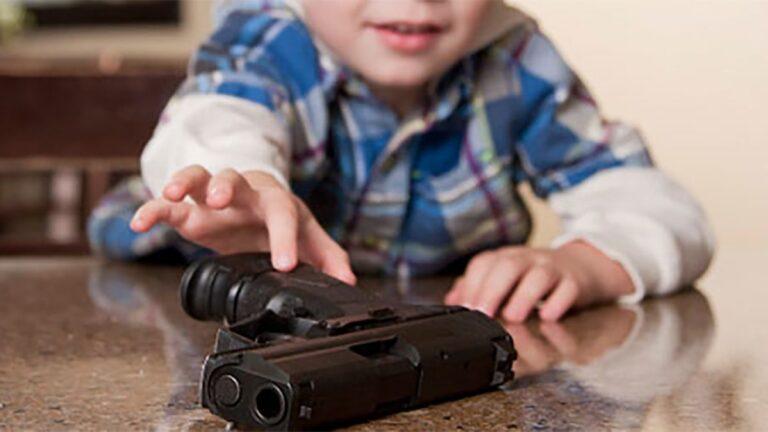 Trágico cumpleaños; niño de 3 años encuentra arma, se dispara y muere