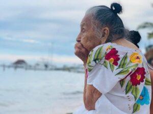 Abuelita de 97 años conoció el mar, su reacción derrochó ternura