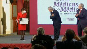 AMLO celebra al personal de salud; entrega Premio al Mérito Médico