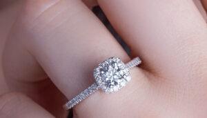 Colocó anillo en patita de gallo y le pide matrimonio a su chica (video)
