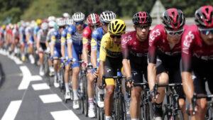 Noble gesto de un ciclista hacia sus rivales accidentados se vuelve viral