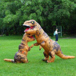 Dinosaurios se casan, pareja disfrazada se vuelve viral (Video)