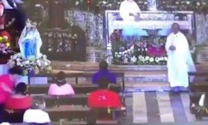 VIDEO Hombre golpea en el rostro a mujeres en plena misa en Campeche