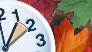 Hoy termina el horario de verano; ¿se atrasa o se adelanta el reloj?