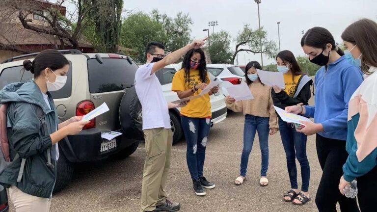 Jóvenes de Laredo, TX realizan activismo en contra del muro.
