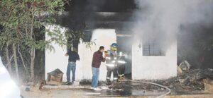 Consumen las llamas dos viviendas abandonadas