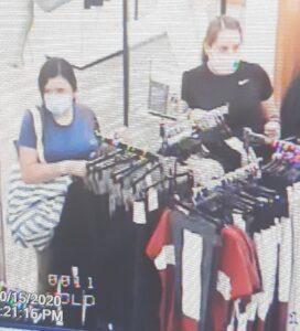 Roban mujeres ropa en tienda