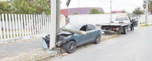 Destruye auto, dos postes y desaparece