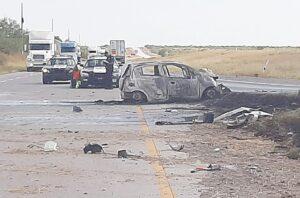 Escapa de vehículo envuelto en llamas