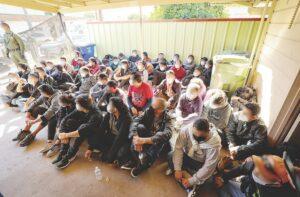 Aseguran en casas a 103 inmigrantes