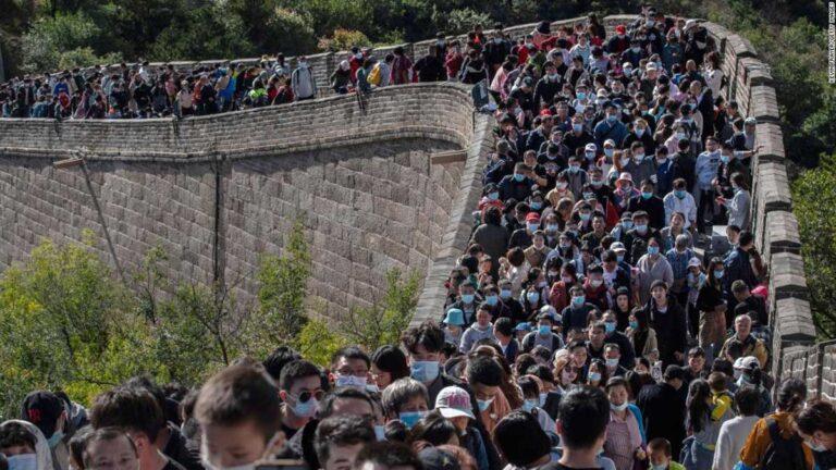 La gran muralla china abarrotada de asistentes.