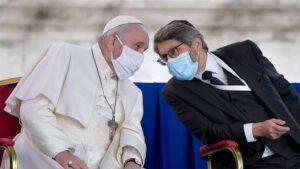 Papa Francisco usa cubrebocas por primera vez en evento público