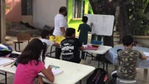 Maestro de Tamaulipas presta su patio para sus alumnos sin internet