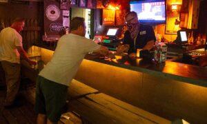 Gobernador Greg Abbott confirma reapertura de bares en Texas