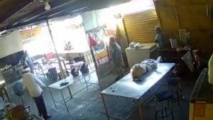 Apodaca: Dispara y mata a un extorsionador en una rosticería VIDEO FUERTE