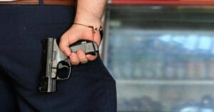 Mujer contrata a sicario para eliminar a ex yerno; 'matón' era un agente encubierto