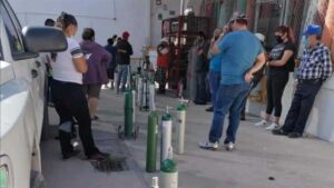 Regresan largas filas para comprar y llenar tanques de oxígeno en Chihuahua