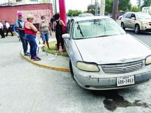 Queda mujer golpeada al volcar auto tras chocar