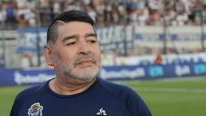 Maradona es internado de urgencia en clínica