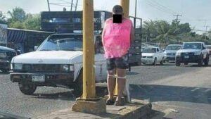"Por ""golpeador de mujeres"" amarran a hombre a un poste en Michoacán"