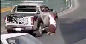 VIDEO: Conductor arrastra a mujer que trató de detenerlo tras choque