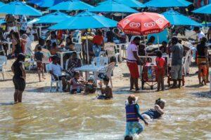 Desafían a la pandemia y llenan playas de México (Fotos y Videos)