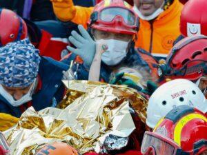 El milagroso rescate de niños sepultados tras sismo en Turquía (+FOTO)
