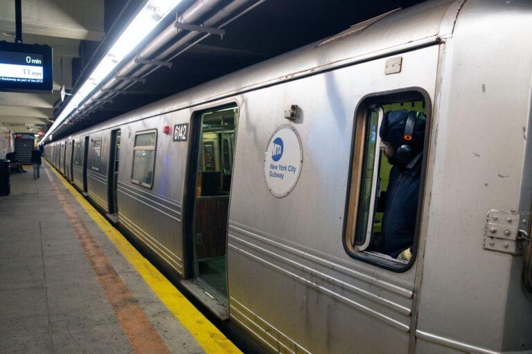 Hombre empuja a mujer a vías del metro en Nueva York