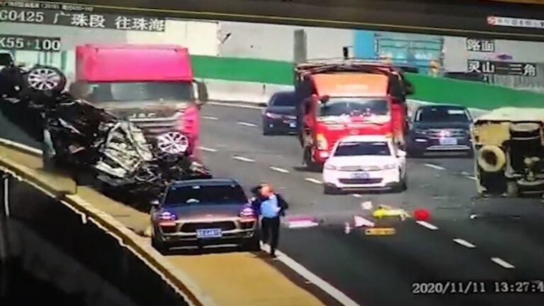 Impresionante choque; lanza a carro desde un puente