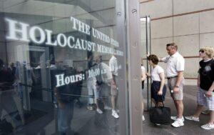 Museo del Holocausto incluye espacio de George Floyd y desata polémica