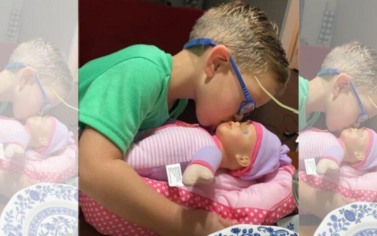 Niño pide una muñeca para ser un 'buen padre' y enternece las redes