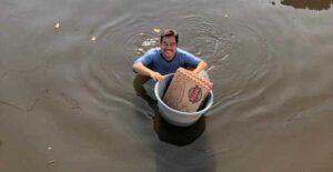 FOTOS: Hombre entrega pizzas en Tabasco, pese a inundaciones