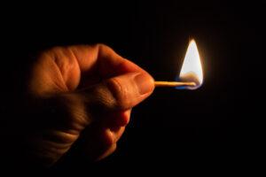 VIDEO: Pirómano intenta quemar carros y termina con pantalones en llamas