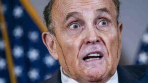 Rudolph Giuliani en plena conferencia se le CAE EL TINTE del cabello