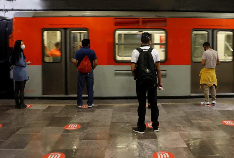 Se asoma para ver si venía el metro