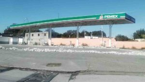 """Gasolinera es """"bloqueada"""" con escombro"""